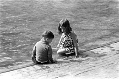 060568 04 (ndpa / s. lundeen, archivist) Tags: nick dewolf nickdewolf photographbynickdewolf blackwhite bw 1968 1960s 35mm june beaconhill candid boston massachusetts ma city citylife streetlife sliceoflife film monochrome blackandwhite spring people park common bostoncommon pond wadingpool frogpond water