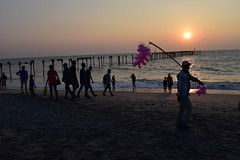 Cotton candy seller (yellaw travel) Tags: inde india kerala alleppey plage beach sunset couché de solel sea see bridge pont people gens touriste vendeur seller marchand barbeàpapa cotton candy pink rose travel voyage