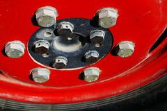 Verbindungen - Connections (Bernd Kretzer) Tags: traktor rad tractor wheel rot red schrauben screws nikon afs dx zoomnikkor 1855mm 13556g
