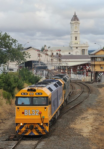 BL32 and G529 power out of the historic Ballarat station on 9149