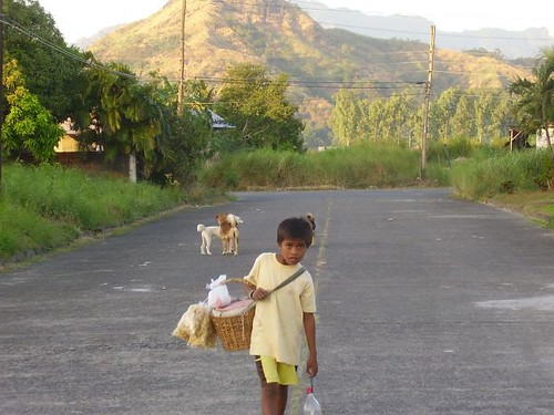 basket chitcharon balut peddler road rural boy Pinoy Filipino Pilipino Buhay  people pictures photos life Philippinen  菲律宾  菲律賓  필리핀(공화국) Philippines