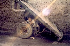 Cart kid (Cairo) (Ahron de Leeuw) Tags: travel child egypt middleeast cairo oriente egipto cart oriental orient egitto egypte aegypten mediooriente misr masr moyenorient orientemedio agypten middenoosten ahrondeleeuw mittlereorient mittlereosten