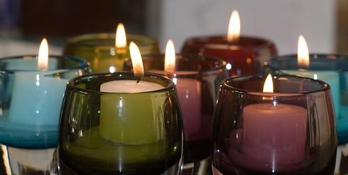 Свечи с морозильника горят в два раза дольше, разноцветные свечи в стеклянных подсвечниках