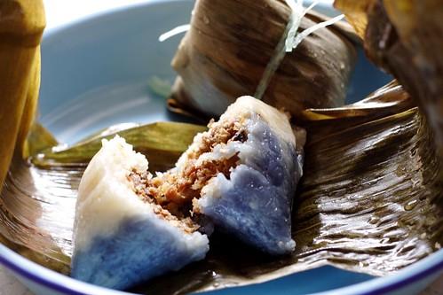 Empanadillas nyonya de arroz glutinosos relleno de cerdo y setas al vapor envueltas en hoja de platano