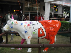 Womens' side of the French Open cow (aloha_pineapple) Tags: paris france tennis rolandgarros grandslam frenchopen frenchopen2006