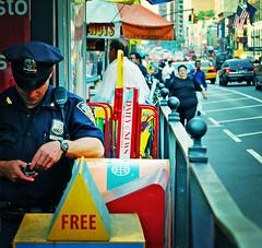 Un policia de Nueva York con su movil