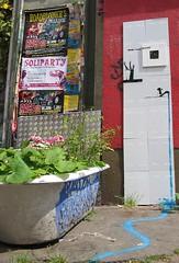 heute schon gestylt? (jusan) Tags: streetart berlin stencil installation bathtub guessedberlin lookisminfo gwbstelb heuteschongestylt