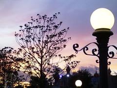 Puesta de sol en Eurodisney / Sunset in Disneyland Resort, Paris (Vagamundos) Tags: paris france backlight contraluz geotagged atardecer europa europe dusk disneyland eurodisney francia contrejour controluce anochecer contrallum keoki globetrotterism