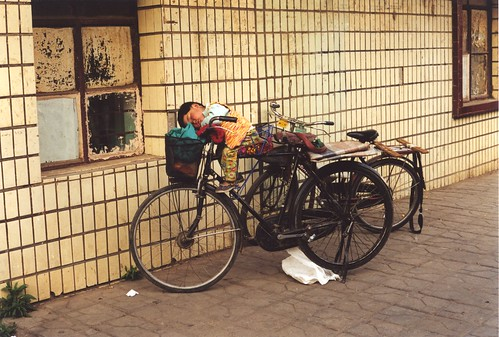 Siesta in bicicletta -- china bicycle 中国 bicicletta child chine kunming 云南 bambino vélo yunnan 昆明