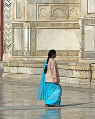 Taj Mahal-Walking to ... (Z Eduardo...) Tags: travel blue people india colors women tajmahal agra unesco worldheritagesite viagem photooftheday 2for2 ratedpro holidaysvacanzeurlaub ratedproaintnewbie goldenphotographer 7feb2007 diamondclassphotographer aintnewbie invitedphotosonlyaintnewbie awhoahphoto platinumheartaward