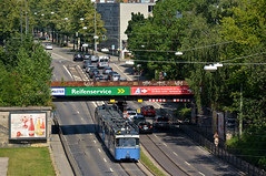 Blick von oben auf die Chiemgau-Unterführung: Auf der Fahrt zum Max-Weber-Platz nähert sich der P-Zug 2005/3004 der Haltestelle Chiemgaustraße (Bild: Klaus Werner) (Frederik Buchleitner) Tags: 2005 museum munich münchen tram shuttle streetcar mvg trambahn pwagen 3039 fmtm linie7 strasenbahn mvgmuseum museumslinie freundedesmünchnertrambahnmuseums