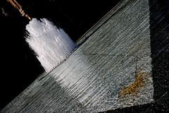 Jet d'eau du bassin du Louvre (jjcordier) Tags: jetdeau bassin contraste eau louvre pyramide paris triangle