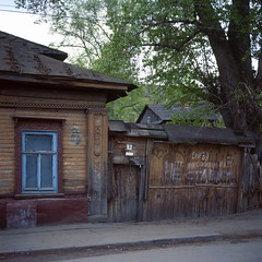 Tula, Russia (Yuree M) Tags: autaut tula russia rolleiflex 6008af xenotar 80 28 fujifilm velvia 50 film reality wood house old town wooden street 120 6x6 square medium format slide e6 reversal summer russian cloudy fence