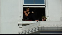Notting Hill girl (SmartFireCat) Tags: read reading leyendo leer lectura girl mujer woman female frau miss señorita chica femme window ventana fenêtre notting hill london londres uk britain reino unido outdoors focused book libro livre buch gran brrtaña bretaña