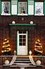 Advent (TablinumCarlson) Tags: weihnachten advent christmas bracht tür door eingang entry green brüggen viersen nrw rheinland north rhinewestphalia germany nordrheinwestfalen niederrhein burggemeinde leica dlux 6 dohlendorf fenster fensterläden window shutter grün fassade fest treppe steps stair tannenbaum tree lights lichter ankunft