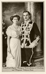 1913 - Herzog Ernst August und Prinzessin Viktoria Luise (zimmermann8821) Tags: adel adelige atelierfotografie damenmode deutscheskaiserreich familienfoto fotografie frisur hochzeit monarchie postkarte uniform