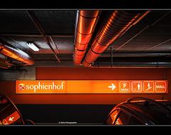 die Jagd nach den letzten Geschenken (geka_photo) Tags: gekaphoto kiel schleswigholstein deutschland parkhaus sophienhof licht rot rohre autos