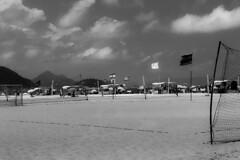 Copacabana em preto e branco / Copacabana in black and white (jadc01) Tags: beach clouds céu d3200 landscape mar nature nikon1855mm people pessoas praia riodejaneiro sky streetphotography water blackandwhite blackwhite flag