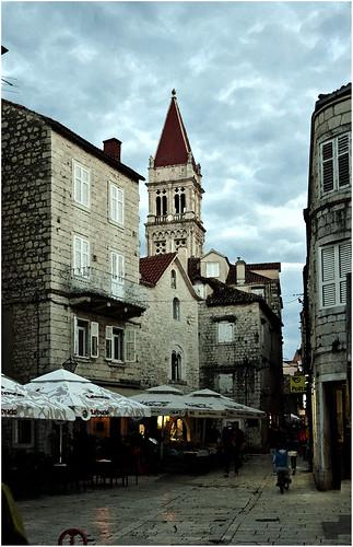 1285-LA CATEDRAL DE SAN LORENZO SIEMPRE VISIBLE EN TROGIR- CROACIA -