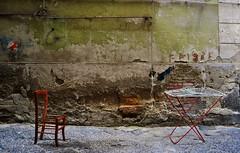 Oggetti malconci (Silvana Berardelli) Tags: napoli quartierispagnoli sedia stenditoio tubo muro