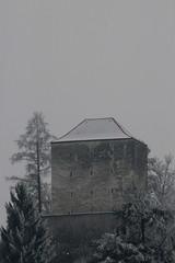 Strättligturm - Strättligburg ( Ruine der Burg Burgruine ) auf dem  Strättlighügel ob Gwatt bei Thun im Winter mit Schnee im Berner Oberland im Kanton Bern der Schweiz (chrchr_75) Tags: albumzzz201701januar christoph hurni chriguhurni chrchr75 chriguhurnibluemailch januar 2017 hochformat schweiz suisse switzerland svizzera susisa swiss burg burgruine castillo ruine ruin ruïne руины rovina ruina mittelalter geschichte history wehrbau frühgeschichte burganlage festung albumschweizerschlösserburgenundruinen albumburgruinenkantonbern kantonbern bärn suissa sveitsi sviss スイス zwitserland sveits szwajcaria suíça suiza albumregionthunhochformat thunhochformat kanton bern