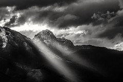 Dark Light. (Mat Viv) Tags: canon canoneos760d canoneost6s canonphoto canont6s canonphotography canonitalia canonzoom canon55250mmstm sun sunlight sunsetlight naturalilight lowlight light nature naturebeauty blackwhite blackandwhite black white monochrome landscape sky cloudysky dramaticsky skyscape cloudy cloudscape cloud clouds outdoors travel italy tuscany mountain mountaintop mountainrange peak snow winter beam rayoflight godrays