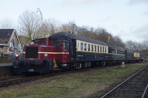 ZLSM Conrad 332-6 met Pullman 4129, Pullman Breda 4268 +museumtrein in station Simpelveld 27-12-2016