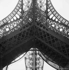 Eiffelturm-2015.3 (Jürgen Hegner) Tags: blackandwhite bw paris analog kodak sommer seagull eiffeltower hc110 131 trix400 schwarzweis seagull4a 5°c 38°c jürgenhegner 530min22