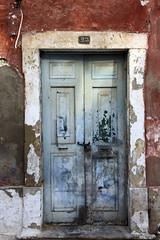 La belleza de la decadencia (John LaMotte) Tags: puerta porta portugal door deterioro decayed dintel fachada olhão infinitexposure ilustrarportugal algarve