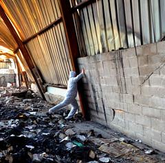 Fait vite ! C'est un peu lourd. (blairniemichelle) Tags: mur urbex soutient soutenir porte atg ambiance abandonee abandone entrepot action wall decay
