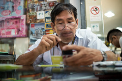 * (Sakulchai Sikitikul) Tags: street 35mm lens thailand dof sony voigtlander streetphotography snap magnifyingglass songkhla hatyai a7s