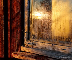 Gammelt vindu i vintersol (irene.holmen) Tags: vindu window sunlight vintersol solskinn reflection refleksjon speiling hytte cottage cabin sol sun old winter red yellow buildings