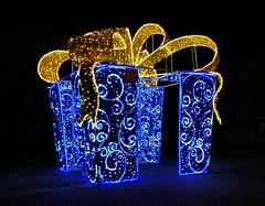 Prezent (maciey24) Tags: prezent święta boże narodzenie dekoracja światło led gift present presents christmas light illumination leds lights evening city pabianice big huge december decoration glow