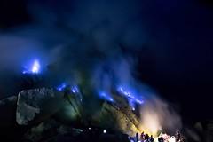 Llamas azules/ Blue flames en Kawah Ijen (Jhaví) Tags: nature naturaleza noche night asia indonesia java cráter volcán fumarolas aufre gases ijen kawah flames blue azul llama