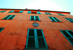Windows (François Tomasi) Tags: fenêtres fenêtre bâtiment maison windows window architecture ville street city pointdevue pointofview pov couleurs couleur colors color tomasi françois françoistomasi lumières lumière lights light composition reflex nikon photography france europe world angle janvier 2017 volets volet