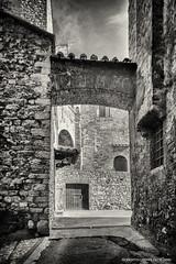 Vicolo con arcata (roby22-1-1950) Tags: