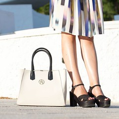 Bolso bicolor y plataformas una combinación perfecta. / Two-tone bag and platforms...a perfect mix. 👉 www.withorwithoutshoes.com 👈 #withorwithoutshoes (WOWS_) Tags: beauty fashion moda blogger belleza bloguera influencer fashionblogger instagram