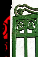 Per di qua (meghimeg) Tags: 2016 santamargherita ingresso hall cancello gate ombra shadow sole sun rosso red verde green nero black porta door