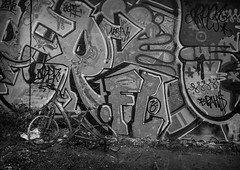 2/52 Something old / Something new (Suggsys Girl) Tags: nikon a10 52weekproject 52weeksthe2017edition week22017 weekstartingsundayjanuary82017 252 week 2 black white bw blackwhite monochrome bike bicycle graffiti old new coolpix week2theme