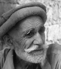 UOMO PAKISTANO (ADRIANO ART FOR PASSION) Tags: bn bw monocromatico monochrome uomo man portrait barba pakistan pakistano olympuscamera om2 slide diapositiva scansione scan epson v550 ritratto