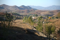 Pyongan country (Frühtau) Tags: dprk north korea country asia asian east landscape pyongan countryside nordkorea korean landschaft agriculture people leute hill mountains mountainious region view street alley autumn scene корея северная architecture architektur building strasse culture daily life 朝鲜 朝鮮 cháoxiān 地 province gebäude outdoor