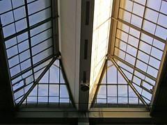 Munich - the roof of the station (rotraud_71) Tags: station munich bayern bavaria glassroof youngpeople mnchenhauptbahnhof