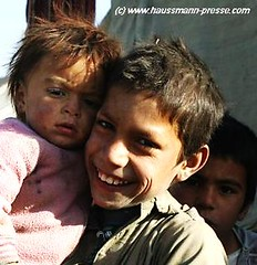 Homeless Children in Kabul (Daniela Haussmann (Press)) Tags: pink afghanistan smile smiling kids laughing children kid war asia asien haussmann child refugee kinder krieg kind lachen journalism kabul herat mazar laecheln journalismus fluechtling masar kunduz