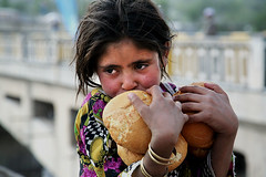 Girl with bread - Balakot Pakistan (Maciej Dakowicz) Tags: pakistan portrait people girl children bread photography earthquake october ruins relief help pakistani kashmir balakot earthquake05
