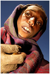 palce (Swiatoslaw Wojtkowiak) Tags: poverty africa travel mountains youth fingers poor highlander blanket ethiopia simen hornofafrica theface thiopien etiopia simien photojounalism afryka  wojtkowiak ethiopi thirldworld extremeconditions cornodafrica wwwnygusinfo nygus thiopie etiopien nygusinfo