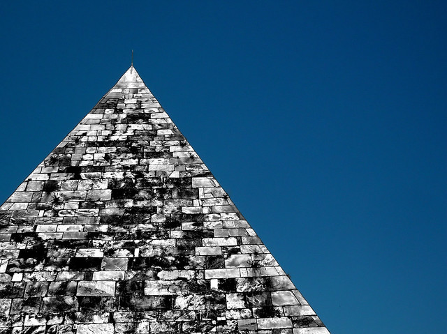 geotagged pyramid blu shapes forme piramide geometrie 1in10f50v triangolo skyarchitecture geolat41876327 geolon12480876