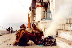Varanasi ghats chat (India) (Ahron de Leeuw) Tags: travel woman india fire travels women social varanasi conversation kashi indien inde ganges ghats benares bluelist ahrondeleeuw 50millionmissing