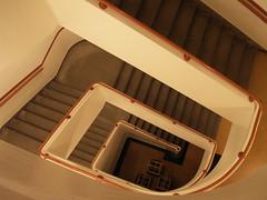 Stairwell (Mamluke) Tags: building minnesota architecture stairs arquitectura edificio minneapolis down stairwell architektur costruzione bâtiment gebäude architettura escalier architectuur universityofminnesota minneapolisminnesota mamluke debouw architeturra