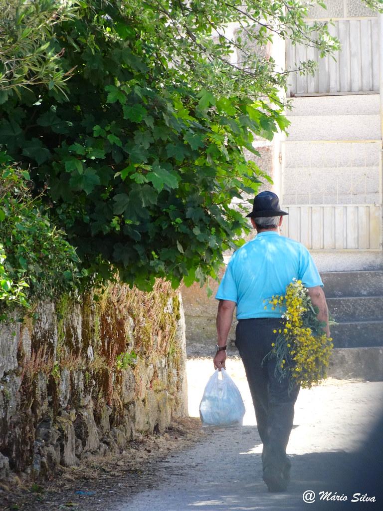 Águas Frias (Chaves) - ...regresso a casa vindo do campo ...