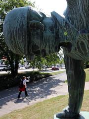 Der Werftarbeiter (11) (Rdiger Stehn) Tags: bronze deutschland europa leute kunst skulptur menschen kiel denkmal kunstwerk plastik norddeutschland mitteleuropa 2015 werft ostseekai strase arbeiterdenkmal walterrssler canoneos550d kielerwerft profankunst kielaltstadt derwerftarbeiter